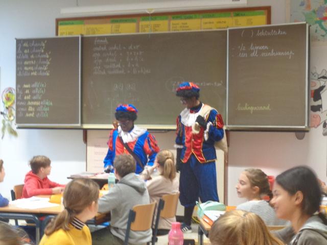 De Sint op bezoek in de lagere school